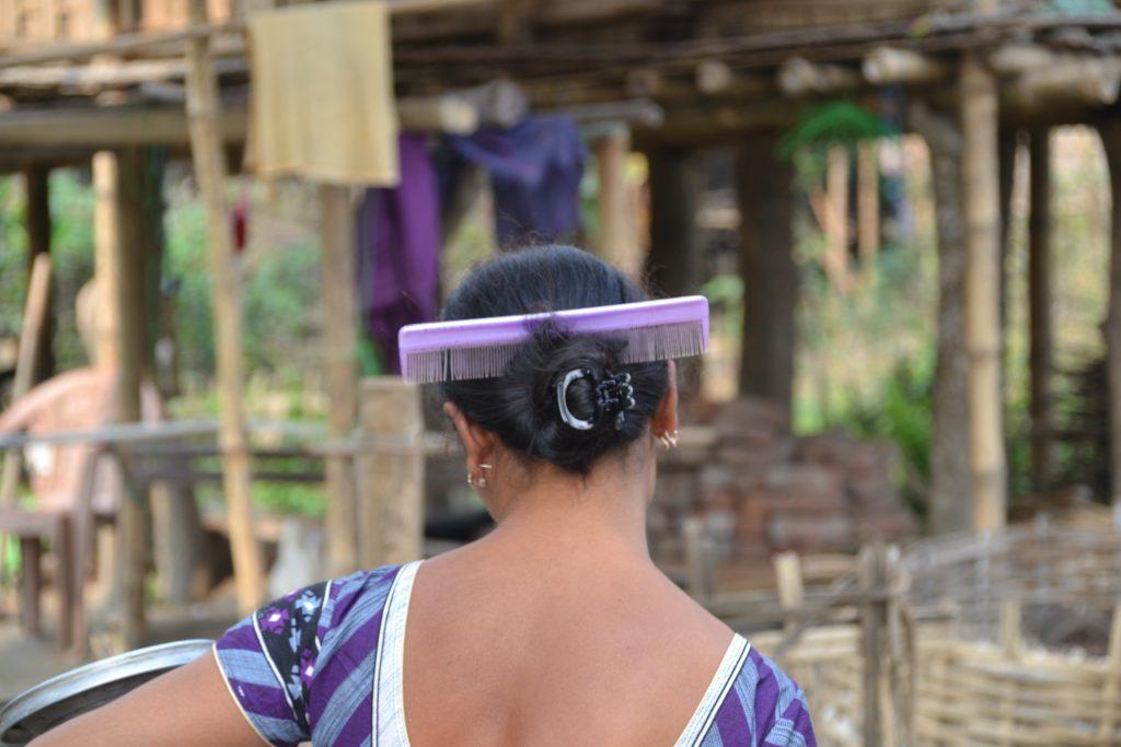 La moda de las mujeres de esta aldeas es ponerse un peine a modo de decoración en el pelo