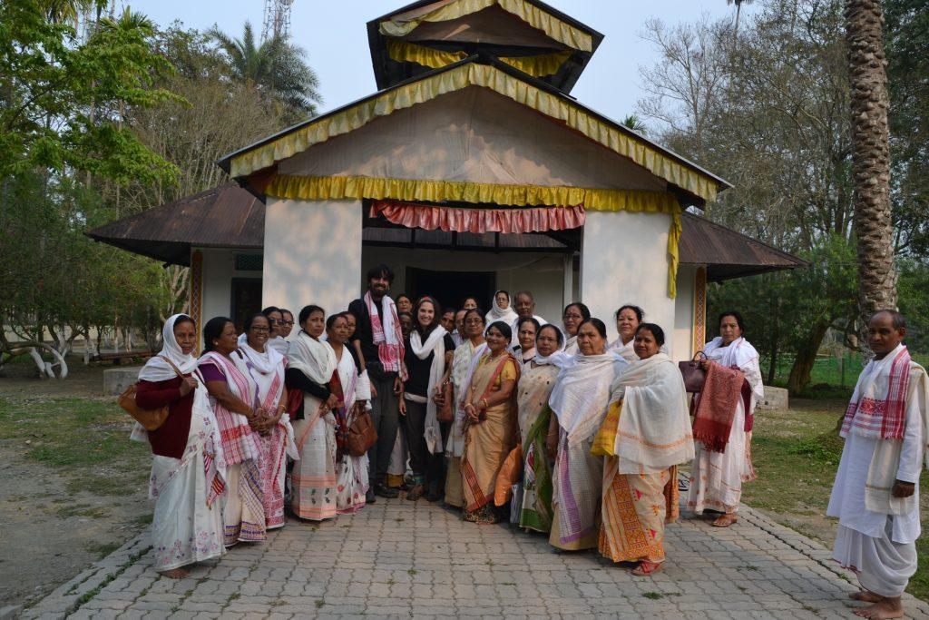 Posando con los peregrinos en la puerta de una Satra de Majuli