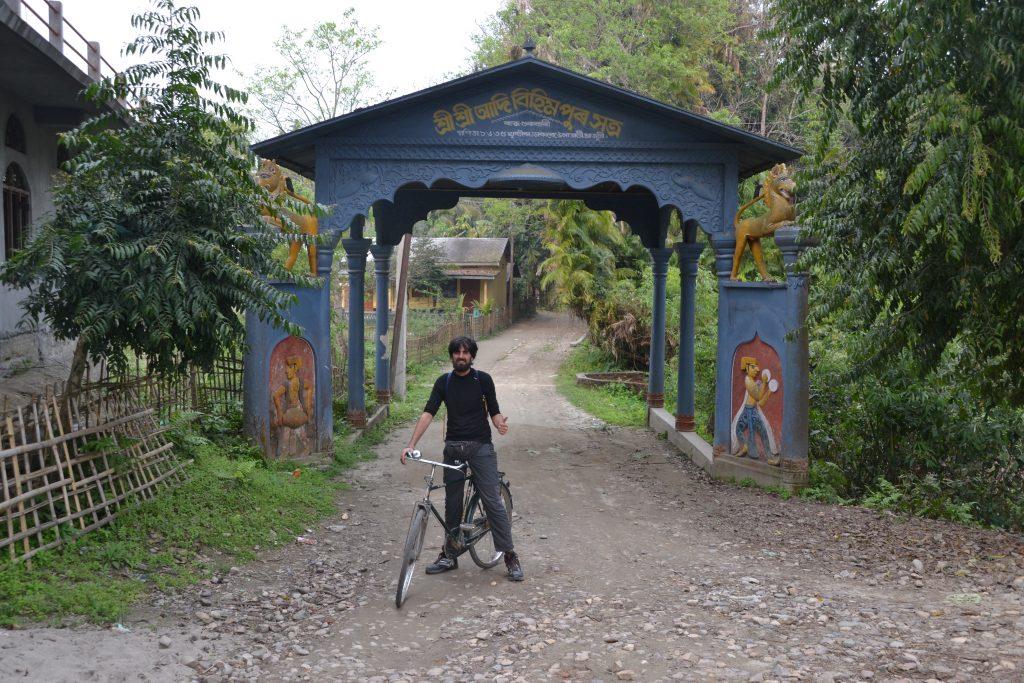 Puerta de entrada a una Satra en Majuli