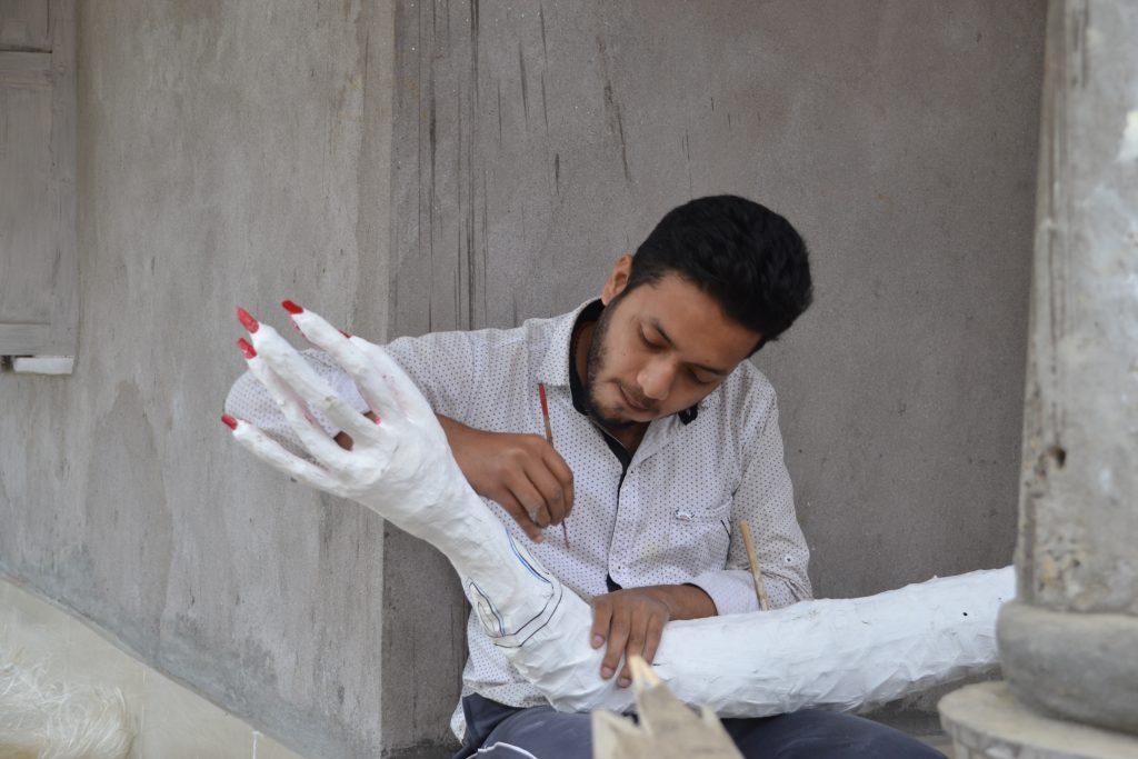 Local trabajando en el taller de máscaras