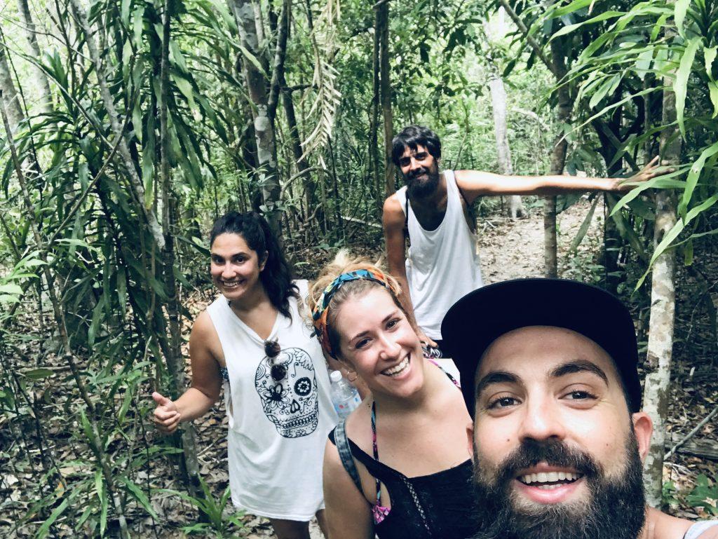 Haciendo una ruta de trekking por las Perhetians