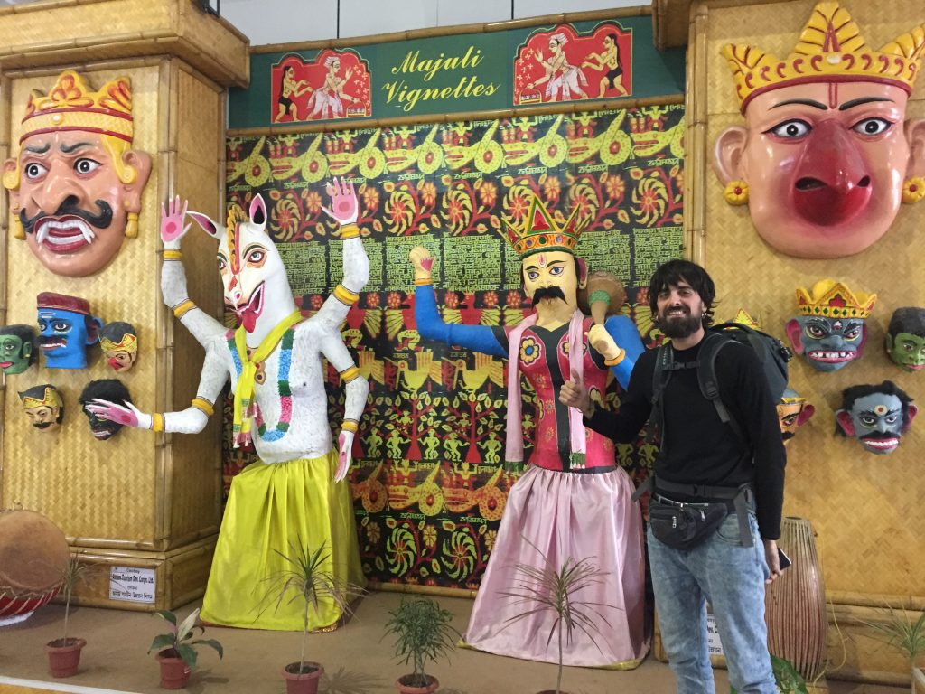 Bienvenida a a cultura de  Assam en el aeropuerto de Guwahati