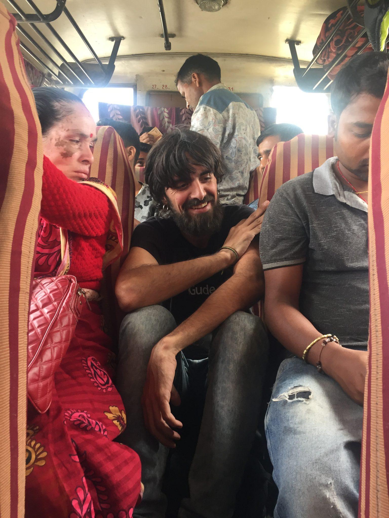 En nuestro primer bus de Arunachal Pradesh sentados en el pasillo por falta de sitio y en una carretera de montaña.