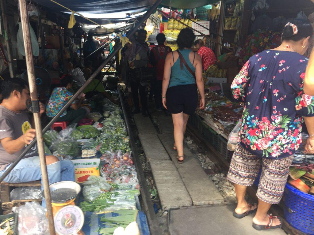 Mercado del tren Mae Klong alrededor de las vías