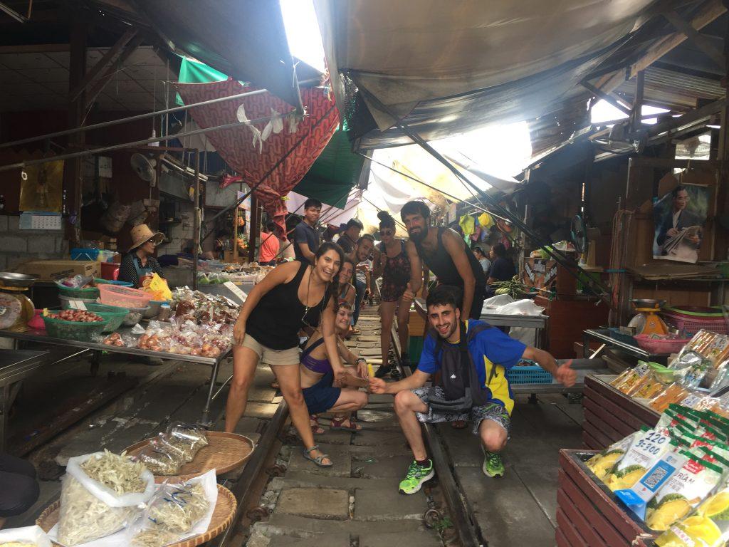 Disfrutando del mercado con los amigos que hicimos en el avión camino de Tailandia