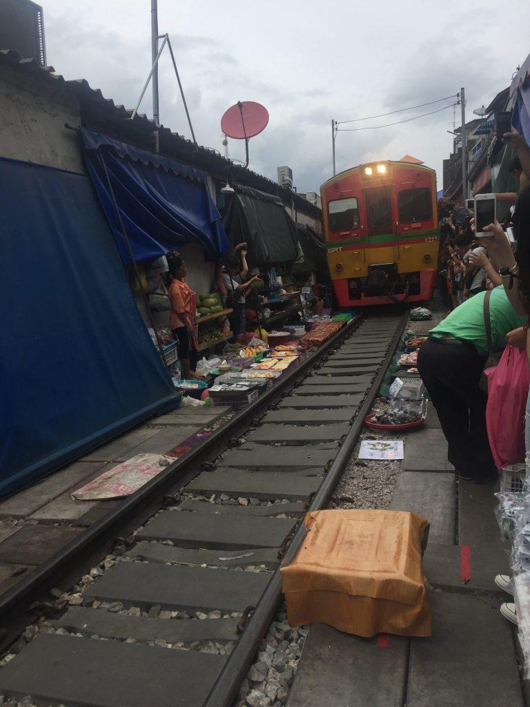 Momento en que pasa el tren por el mercado