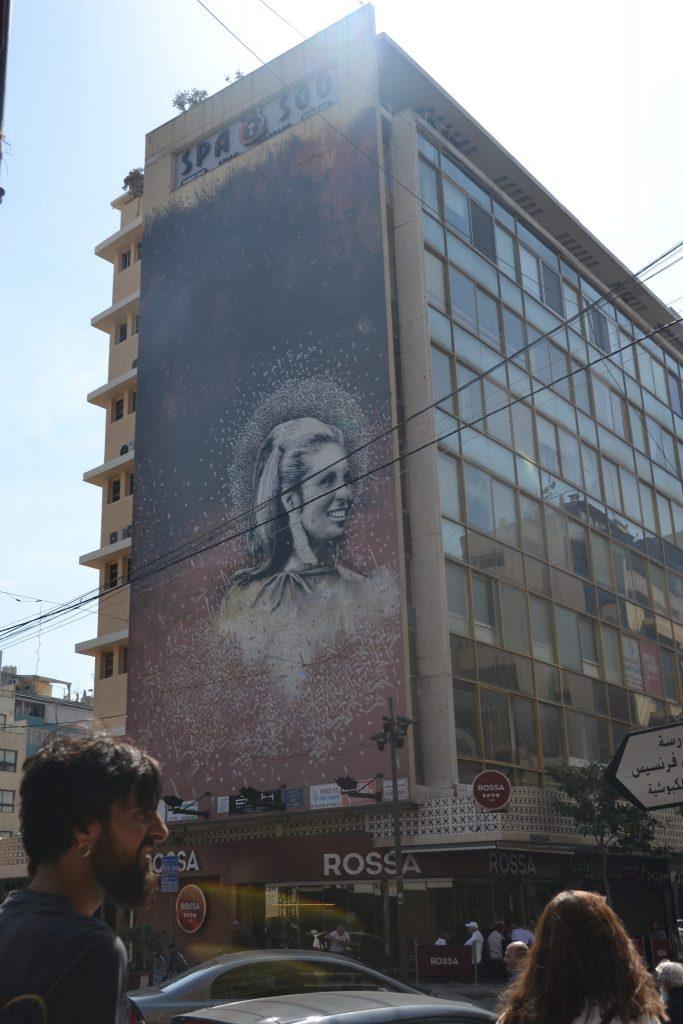 Pintura de cantante libanesa en edificio de Hamra
