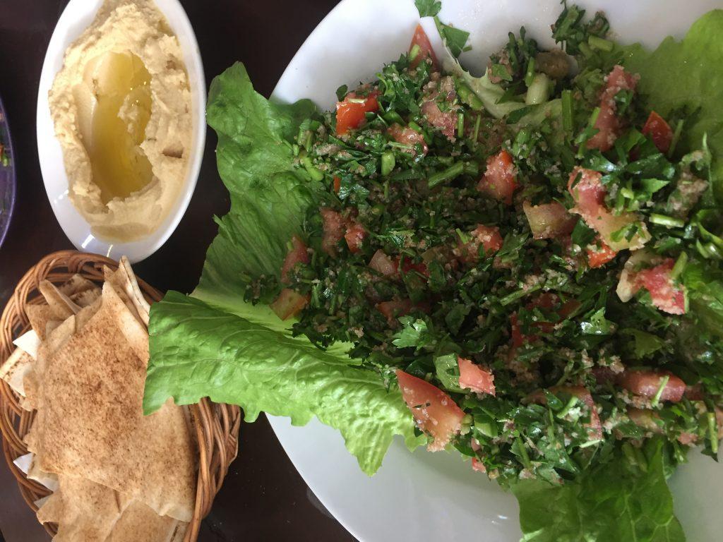 Tabule acompañado con pan de pita y humus