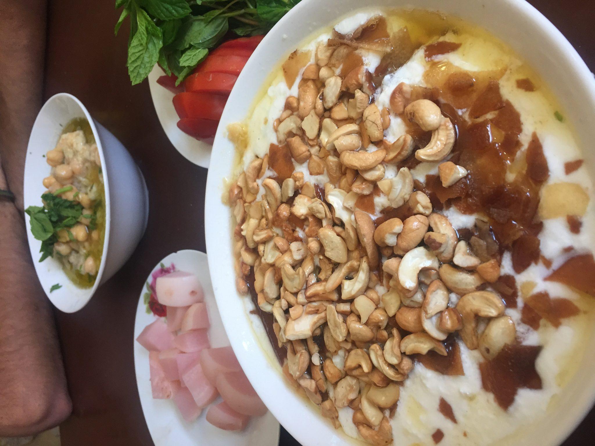 Plato de hummus acompañado de anacardos y pan de pita crujiente