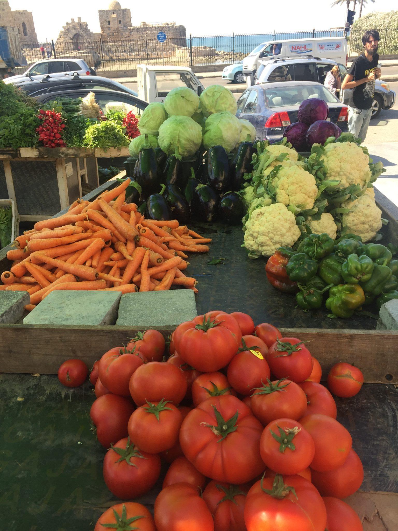 Puesto en el mercado con hortalizas y verduras