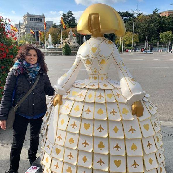 Con una de las meninas de Madrid y con la Cibeles al fondo, tras una estupenda visita a una persona en el Museo Reina Sofía